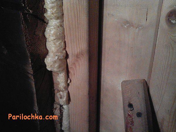 Установленная дверь в бане, запененный проем